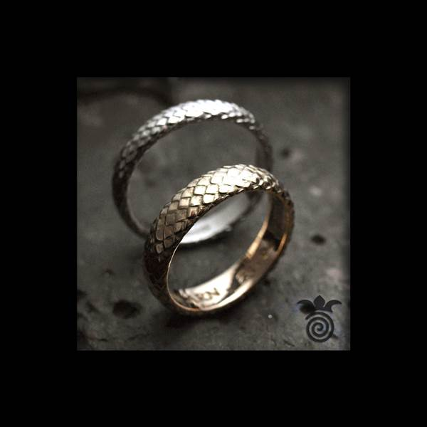 Duo wedding rings dragon scale serpent skin 750 gold yellow and white